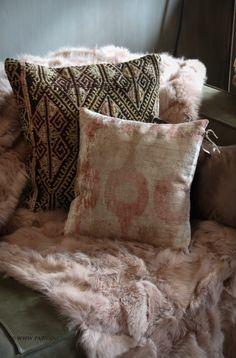 Parvani | kussen-kelim-cicim-zijde-dons-oud-roze-bont-plaid Bohemian Interior, William Morris, Country Chic, Throw Pillows, House Styles, Ikat, Fabric, Plaid, Textiles