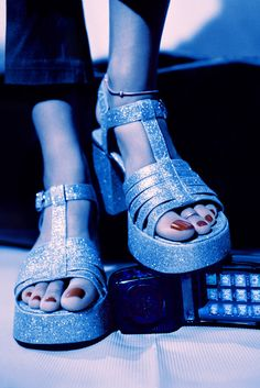 Your platform sandals had to be at least three inches thick. | 16 Unwritten Rules Of The Early 2000s
