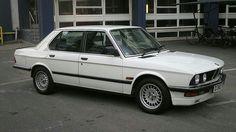La BMW Serie 5 - il mod in produzione dal 1981 al 1988 White Bmw 3 Series, Bmw 5 Series, Bmw 520i, Bmw Cars, Mercedes Benz Service, Bmw White, Bmw Wallpapers, Car Shop, Car Car