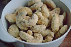 Cornulete de post cu miere si nuca | Rețete Papa Bun Raw Vegan Recipes, Vegan Food, Romanian Food, Biscuits, Sweet Tooth, Almond, Bakery, Sweets, Cookies