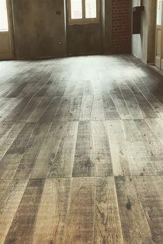 Un pavimento in legno può arredare una casa, donando uno stile minimalista ed elegante. #medoc #pavimentiinlegno #wooddesign #design #legno Hardwood Floors, Flooring, Home, Design, Elegant, Wood Floor Tiles, Wood Flooring, Ad Home