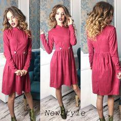 Средней длины приталенное стильное замшевое платье с погонами вишня