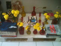 Pallet pra colocar os livros favoritos mais garrafas coloridas!!!!! Cantinho novo de casa!!!!! ❤❤