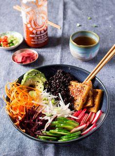 Vegan sushi bowl - Lazy Cat Kitchen Swap tofu for prawn toast, use stir-fried Asian greens (blanch f Stir Fry Asian Greens, Kimchi, Smoothies Vegan, Lazy Cat Kitchen, Sushi Bowl, Sashimi Sushi, Vegetarian Recipes, Healthy Recipes, Sushi Recipes