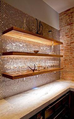 Rückwand Bar, sechseckiges Mosaik, indirekte Beleuchtung, Effekt, Wow, Metalleffekt, Schimmer