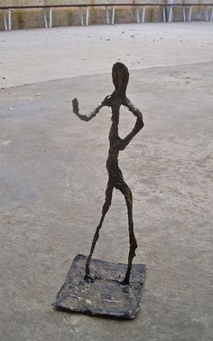 I love the elongated sculptures of Swiss artist Alberto Giacometti ( ) and we recently had some work from the Guggenheim collect. Wire Art Sculpture, Sculpture Lessons, Sculpture Projects, Wire Sculptures, Sculpture Ideas, 4th Grade Art, Third Grade, Artist Project, Alberto Giacometti