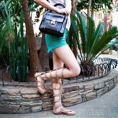Cuidado: com uma sandália gladiadora como esta, você vai parar o trânsito, a ciclovia e até a linha de metrô. Acompanhada dessa bolsa totem, então… Garantia de sucesso!