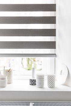 Een strakke vorm van raamdecoratie. Interieur is afgemaakt met bijpassende accessoires.