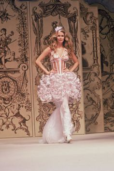 24 incredible runway moments of Claudia Schiffer.