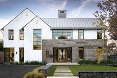 33 Best Modern Farmhouse Exterior House Plans Design Ideas Trend In 2019 - Maison 2020 - Modern Farmhouse Exterior, Farmhouse Style, Italian Farmhouse, White Farmhouse, Farmhouse Plans, Country Style, Farmhouse Decor, Dream House Exterior, House Exterior Design