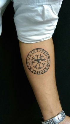 What does vegvisir tattoo mean? We have vegvisir tattoo ideas, designs, symbolism and we explain the meaning behind the tattoo. Viking Compass Tattoo, Viking Tattoo Symbol, Viking Tattoos, Celtic Tattoos, Forearm Tattoos, Body Art Tattoos, Sleeve Tattoos, Tatoos, Simbolos Tattoo