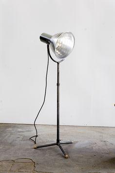 """Stativleuchte """"Gradus"""" H: bis 2,20 m Stahlrohr/Aluminium (Schirm) Fassung: E 27 (150 W)  """"Gradus"""" heißt unsere höhenverstellbare Stativleuchte mit getrepptem Alu-Schirm, die auf gedrechselten Buchenholzfüßen in ihren Räumen hin und her wandern kann, um immer dort zu sein, wo ihre Leuchtkraft gebraucht wird.     Preis:320,00 € www.w-l-m.com"""