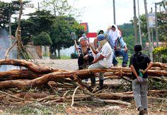 Los indígenas ayudan al bloqueo en la vía Cali Popayán.