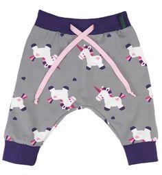 Deze grijze harembroek met eenhoorns zit heel comfortabel door de stretch tailleband en is heel lief met een roze effen shirt!