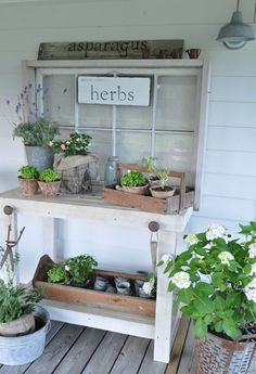 Gardening Herb potting bench from Buckets of Burlap {round up of pretty potting benches at ACultivatedNest.Com} - Having a potting bench makes working in the garden so much easier and more organized. Here's a great collection of DIY potting bench ideas. Potting Station, Unique Garden, Potting Tables, Rustic Potting Benches, Outdoor Potting Bench, Garden Benches, Outdoor Storage, Potting Sheds, Garden Structures