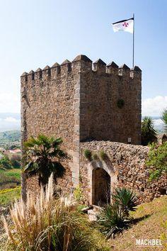 Torre sangrienta con bandera templaria en el castillo de Jerez de los Caballeros, Extremadura