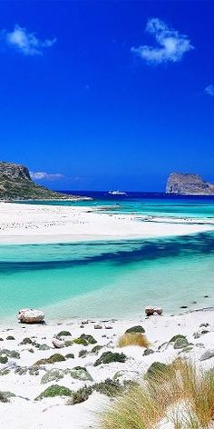 Balos beach is a beach that is situated all the way in the north-west of Crete on the Gramvousa peninsula. You can reach Balos Beach in two ways. Dream Vacations, Vacation Spots, Beach Vacations, Vacation Ideas, Places To Travel, Places To See, Travel Destinations, Greece Destinations, Tourist Places