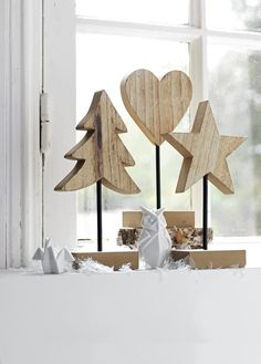 Weihnachtsfiguren aus Holz auf Standard # Weihnachten # Weihnachtsdeko # intratuin 31 Indoor Woodworking Projects to Do This Winter Wooden Christmas Decorations, Christmas Wood Crafts, Noel Christmas, Tree Decorations, Xmas, Wooden Decor, Wooden Crafts, Wooden Diy, Deco Noel Nature