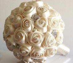Buque de noiva feita com flores de fita de cetim