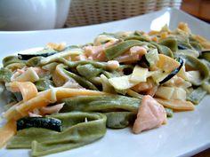 Tricolori tagliatelle w sosie z wędzonym łososiem i warzywami. Porcja ok. 450 kcal