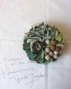 本日のリースは中途半端に残った花材の賄いリース ユーカリ ラムズイヤー 紫陽花 シルバーブルニア ヤツデの蕾 #wreath #リース #flowers by kuruminoisu