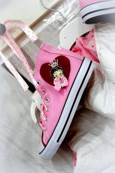Χειροποίητα πάνινα τύπου all star στολισμένα με δέρμα και την betty boop.  http://handmadecollectionqueens.com/Χειροποιητα-παιδικα-πανινα-με-την-betty-boop  #handmade #fashion #sneakers type #allstar #athletic #storiesforqueen #kid #footwear