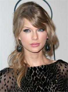 TAYLOR SWIFT Un biondo cenere che esalta il colore degli occhi della cantante, e che schiarisce sempre più verso le punte