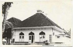 masjid Jogokaryan 1960an koleksi fb Jogja Rikolo Semono Dutch East Indies, Yogyakarta, Mosque, Louvre, History, Building, Travel, Construction, Trips