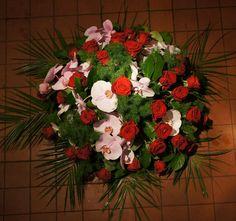 Biedermeier rode rozen met roze Phalaenopsis