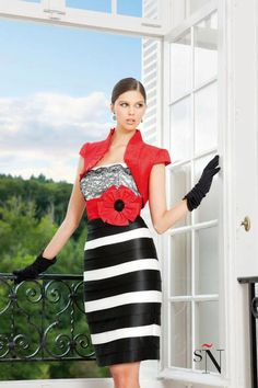 Vestido de fiesta con torera. Cuerpo realizado en chantilly y falda recta bicolor blanco y negro. De Sonia Peña.   Referencia 1130047