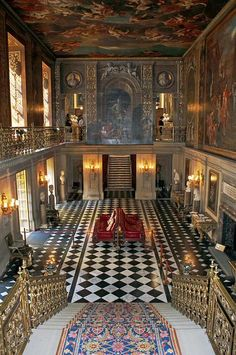 The Painted Hall, Chatsworth House. Chatsworth House is a stately home in the county of Derbyshire in the East Midlands region of England. Palais De Buckingham, Le Palais, Beautiful Buildings, Beautiful Places, Classic Decor, Villa, Chatsworth House, Kirchen, Historic Homes