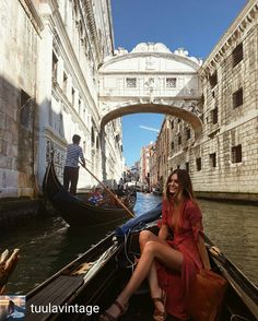 ❤@tuulavintage - Gondola ride under the Bridge of Sighs… ✨❤️ #Regrann Etiqueta tu estilo  #tendenciafotomural #inspiración #estilismo #blogsdemoda