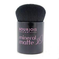 Μικρό πινέλο τύπου καμπούκι για την εφαρμογή πούδρας ,ρουζ, ή και υγρού foundation από την Bourjois. Έρχεται σε σκληρή πλαστική και διάφανη συσκευασία για να το έχετε πάντα μαζί σας στη τσάντα σας. Bourjois, Minerals, Beauty, Beauty Illustration