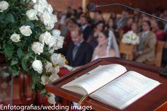 Desenfocar a los novios anteponiendo el enfoque en algún detalle de la boda es un tips que funciona