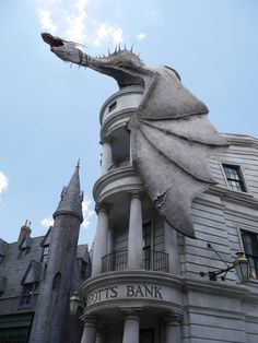 Gringotts bank at The Wizarding World of Harry Potter - Harry Potter Diagon Alley, Harry Potter Facts, Harry Potter Fan Art, Harry Potter Universal, Universal Orlando, Universal Studios, Harry Potter Cursed Child, Cool Gifts For Teens, That Way