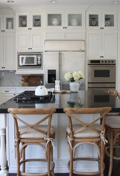Farmhouse Kitchen Ideas For a Country Kitchen Remodel on a Budget - Bong Decor White Farmhouse Kitchens, French Country Kitchens, Country Farmhouse Decor, Farmhouse Style, Kitchen Design, Kitchen Decor, Kitchen Ideas, Kitchen Storage, Fixer Upper Style