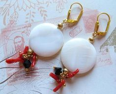 Motherpearl earrings with red coral and swarovski di Sofiasbijoux, €29.00