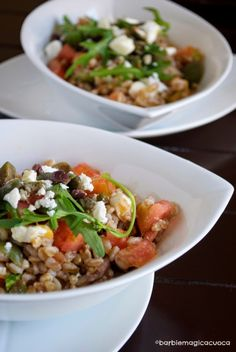 Insalata di farro con olive, capperi, rucola, feta e pomodoro di sorrento