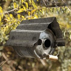 Galvanized Metal Repurposed Birdhouse Flip an old metal jug on its side, toss the top and add a fluted metal roof. It's a low maintenance tract house for Corrugated Metal, Galvanized Metal, Galvanized Decor, Galvanized Buckets, Eclectic Birdhouses, Park Hill Collection, Bird Houses Diy, Metal Birds, Bird Boxes