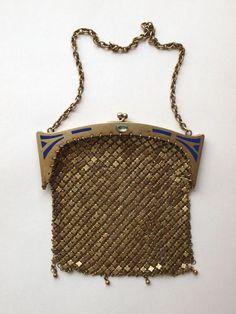 ok 1900r, korpus wykonany z metalowych płytek, oprawa dekorowana emalią oraz akwamarynem (?) w szlifie diamentowym. /O