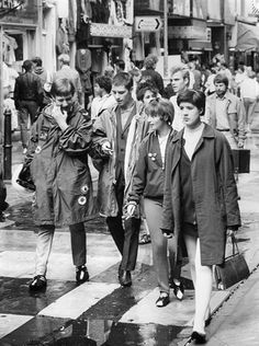 Mods shopping on Carnaby Street Mod Fashion, Urban Fashion, Vintage Fashion, Vintage Tv, Fashion 2018, Cheap Fashion, Youth Culture, Pop Culture, England Mode