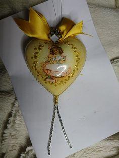 Пластиковое сердечко с распечаткой и кракелюром в нутри.