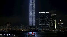 Bobby Yip/Reuters - Turistas navegam em frente o International Commerce Centre, o prédio mais alto de Hong Kong. Foto: Bobby Yip/Reuters