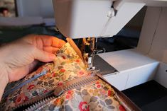 Den lille havtaske: Toilettaske med lomme DIY Patches, Sewing, Make Up, Tutorials, Bags, Scrappy Quilts, Handbags, Dressmaking, Couture