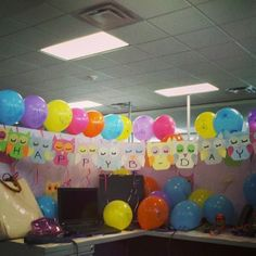 Balloons on top Work Desk Decor, Office Space Decor, Office Birthday Decorations, Cubicle Decorations, Work Cubicle, Cubicle Ideas, Birthday Pranks, Birthday Ideas, 65th Birthday