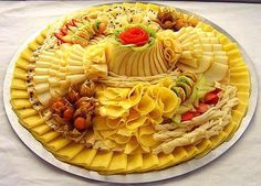 Original dishes from around the world. Party Trays, Party Platters, Sauce Échalote, Crab Stuffed Avocado, Cottage Cheese Salad, Fromage Cheese, Salad Dishes, Food Garnishes, Food Decoration