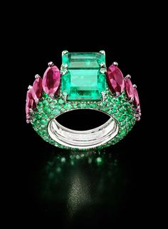 The de GRISOGONO white gold ring featuring two cushion-cut emeralds, 320 brilliant-cut emeralds and 69 rubies