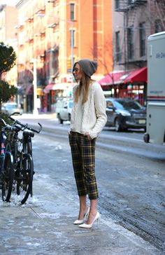 Cable knit + cropped plaid pants + beanie fall in love with fashion стиль, Fashion Week, Look Fashion, Pantalon Tartan, Looks Style, Style Me, Moda Crochet, Belle Silhouette, Komplette Outfits, Winter Stil