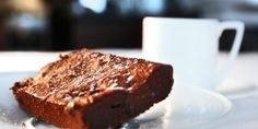 Brownies - strø litt salt over røra. Marsala, Tiramisu, Banana Bread, Brownies, Sweets, Chocolate, Desserts, Food, Cakes