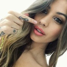 Thinking about getting a septum piercing? Here, everything you need to know about getting a septum piercing, and 17 gorgeous inspo looks to inspire your next piercing. Septum Piercings, Piercing Tattoo, Percing Septum, Piercings Corps, Small Septum Piercing, Cool Piercings, Lip Peircings, Septum Ring, Unique Body Piercings